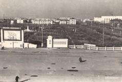 18-Выступление-Хрущёва-с-этой-трибуны-в-1959-году.-Ныне-на-этом-месте-Дом-Советов-60-е-годы