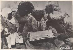 28-Чтение-газеты-в-ауле-1930-год