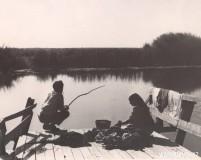 29-Жена-стирает-одежду-а-муж-ловит-рыбу-на-берегу-реки